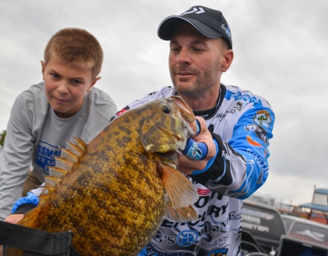 Team Livingston at work as Oakley Howell supervises dad Randy's 25-pound bag on Day 3. Photo by Joel Shangle.